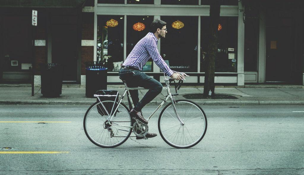 Jeune coursier à vélo