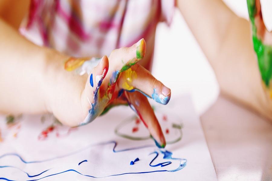 Main peinture couleur papier dessin