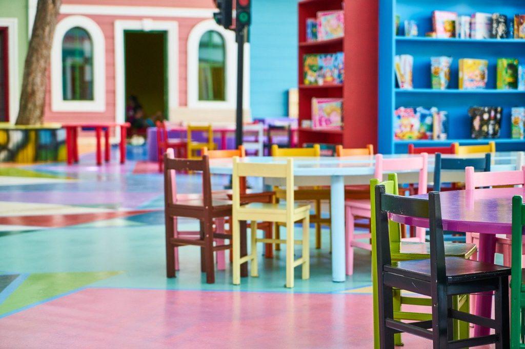 crèche table chaises bibliothèque