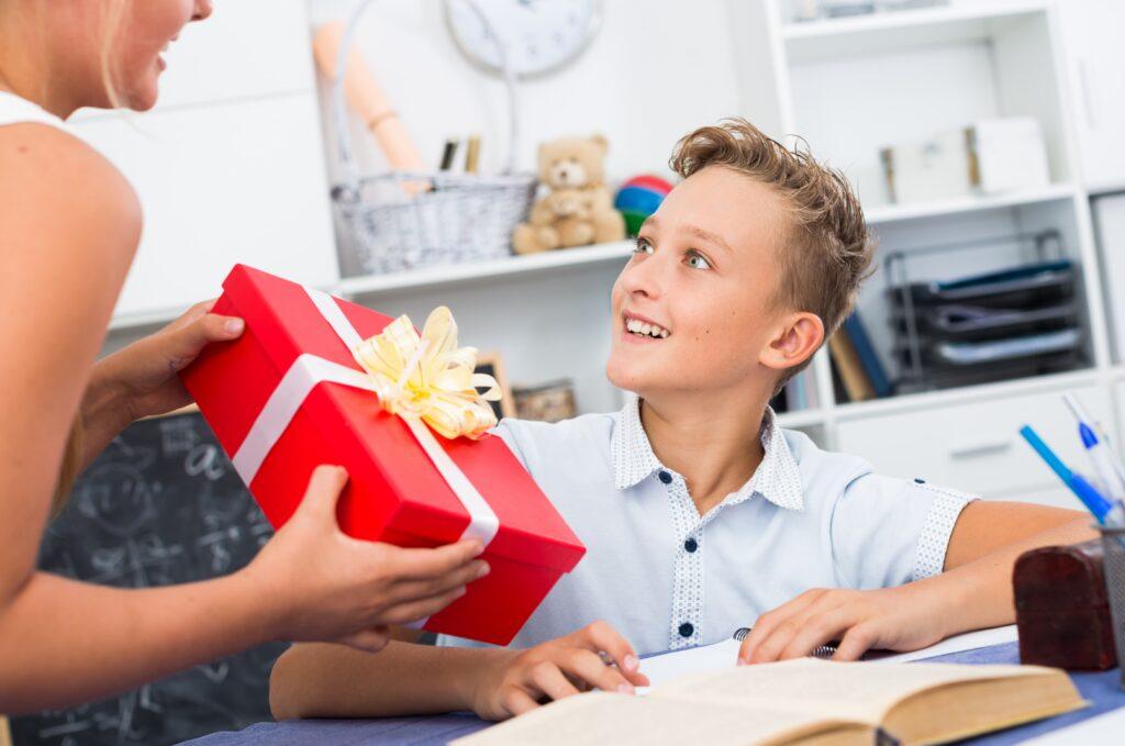 offrir un cadeau à son frère